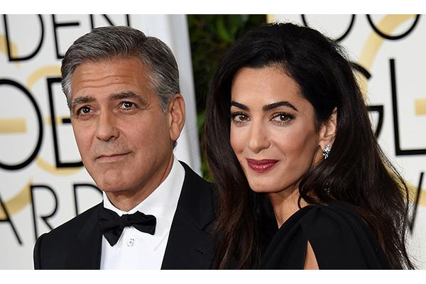 George Clooney e Amal Alamuddin - I lavori per il nuovo nido di Sonning, nel Berkshire, dove ha casa anche la prima ministra Theresa May, sono costati parecchi milioni di euro, ma soprattutto tanto rumore. Alle rimostranze dei vicini, i futuri genitori (i gemelli dovrebbero nascere a giugno), hanno risposto regalando loro una vacanza a Corfù, un soggiorno in un hotel extralusso di sei settimane, e un bell'assegno. Lo stress da ristrutturazione si risolve anche così. Per il dopo, invece: una sala cinema, un campo da tennis in erba sintetica, nursery e camere separate. E anche i vagiti dei gemelli e il pesante respiro notturno di George sono risolti