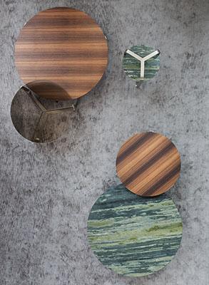 Yari è la linea di tavolini rotondi realizzati in marmo, legno massello e eucalipto. Design Massimo Castagna per Flou