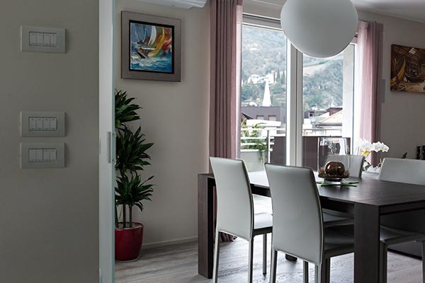 """L'area living dell'appartamento della Cagnotto e suo marito Stefano Parolin è sui toni del grigio, come il resto della casa, """"un colore che si abbina con tutto"""""""