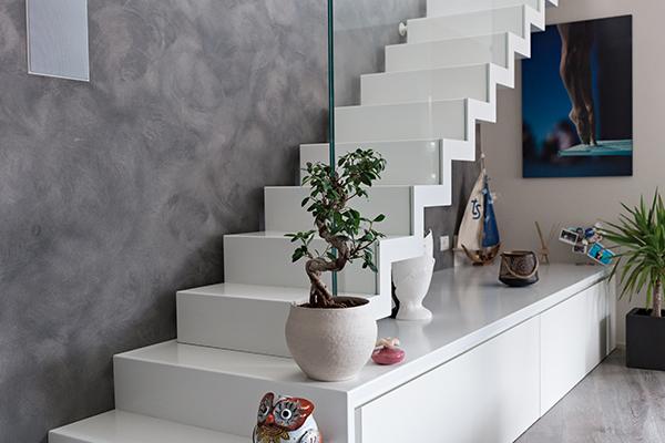 La scala minimalista è l'elemento distintivo della casa. Disegnata da Renato Sette, un amico ingegnere del marito, si compone di 20 gradini in metallo bianco che portano al terrazzo