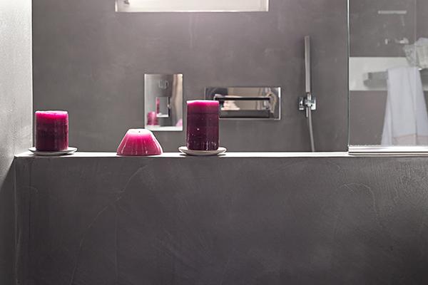 La comoda vasca matrimoniale in resina presente in uno dei due bagni della casa