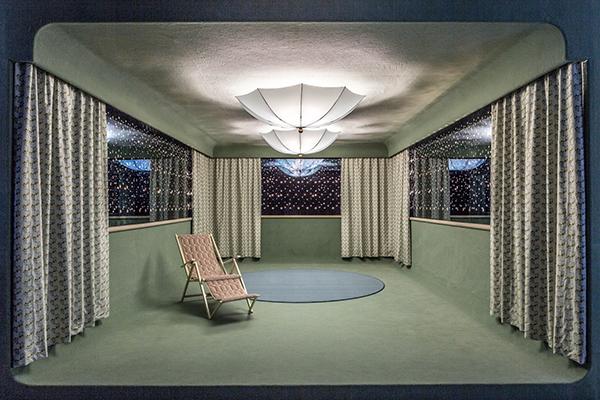 Il risultato è uno spazio ibrido in cui si mescolano dettagli indoor e outdoor. L'installazione è visitabile fino in autunno