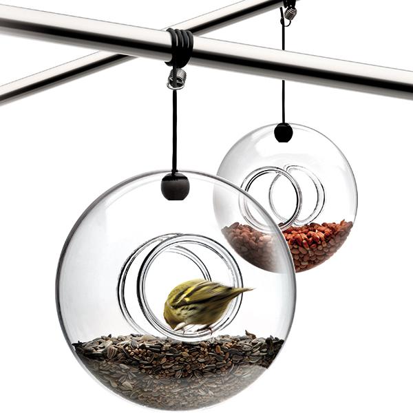 Per gli amanti degli uccelli: la mangiatoia in vetro soffiato di Eva Solo