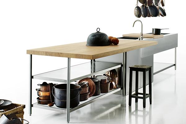 """«Un'isola di lavoro pensata per stare in esterno,  <em>Open</em> non è una cucina, è molto di più: è una macchina per preparare la cena, bere un bicchiere, ascoltare la musica, chiacchierare in compagnia, cucinare una pietanza o mangiare un buon piatto. La carrozzeria di questa macchina è in acciaio inox satinato, legni naturali e vetri industriali», descrive così Piero Lissoni la cucina progettata per <a href=""""http://www.boffi.com"""">Boffi</a> (foto Tommaso Sartori)"""