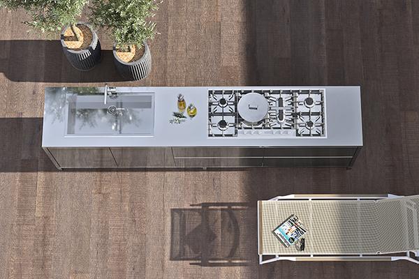 """<a href=""""http://www.ilve.it/"""">Ilve</a> si affaccia per la prima volta nel mondo dell'outdoor con una cucina in acciaio alleggerito dotata di lavello in appoggio, piano cottura e ampi cestoni"""