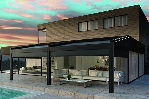 Uno spazio outdoor da vivere tutto l'anno, con <em>Gennius Vega</em> di KE: la pergola addossata a parete con tende a caduta laterali e frontali per proteggersi da sole, acqua e vento, e led integrati. Si può gestire da remoto tramite app per smarphone