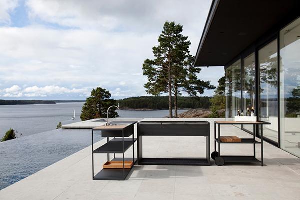 """<em>Kitchen Sink</em> fa parte della collezione <em>Garden</em> firmata dal marchio scandinavo <a href=""""http://roshults.se/it"""">Röshults</a>. Realizzata in acciaio inox e teak, la cucina è trattata con sistemi di protezione da esterno anti-corrosione"""