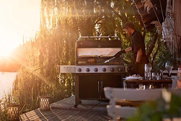 """Per organizzare grandi tavolate outdoor da <a href=""""http://www.weberstephen.it"""">Weber</a> il barbecue a gas che strizza l'occhio alla cucina grazie agliiampi piani cottura, ai comodi ripiani laterali in acciaio e ai ganci portautensili (in foto <em>Genesis II LX E-640 GBS Black</em>)"""