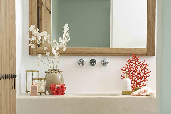 """L'atmosfera<em>marinière</em>arriva anche in bagno. <a href=""""http://www.zarahome.com/it/"""">Zara Home</a>decide di non affidarsi alla classica palette dei blu, ma punta sui dettagli con decori a forma di corallo"""