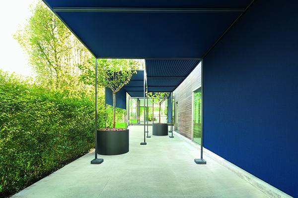 Dal colorato mondo outdoor di Paola Lenti nasce <em>Resort</em>, una copertura componibile e autoportante, da personalizzare in base allo spazio e all'utilizzo. La struttura è mobile e può essere smontata e spostata, con teli in tessuto adatti agli esterni