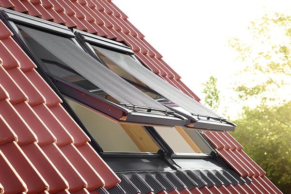 Riducono il calore fino al 72 per cento: sono le tende parasole pensate da Velux per schermare le finestre del tetto dall'esterno. In fibra di vetro rivestita di pvc per resistere all'usura del sole, da abbinare a zanzariere e tende interne