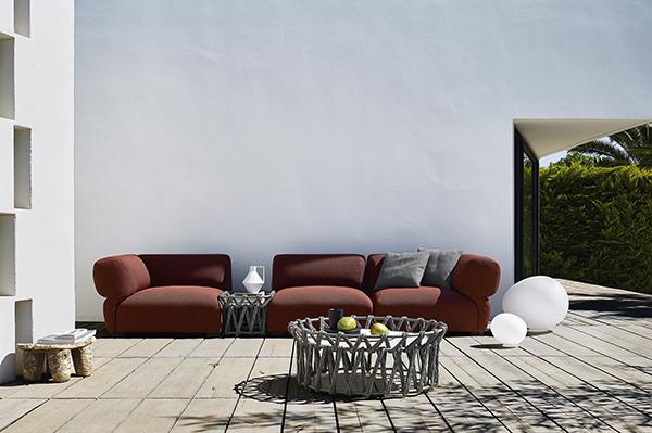 Vis-à-vis con Butterfly, il primo divano tessile outdoor di B&B Italia, ideato da Patricia Urquiola. Con imbottitura e rivestimenti a prova di pioggia, raggi uv e umidità