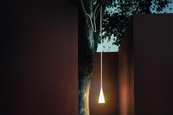 Nel catalogo Foscarini dal 2005, Uto è la luce nomade che si può posizionare ovunque, anche appesa all'albero. Di Lagranja design, ha il corpo morbido in gomma siliconica