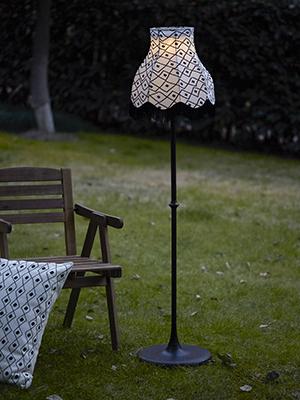 """Un pannello solare trasforma la luce in elettricità: è la collezione a Led <em> Solvinden</em> di <a href=""""http://www.ikea.com"""">Ikea</a>, qui nella versione a piantana che imita le classiche lampade da salotto così da evidenziare la forte contaminazione tra interni ed esterni della casa (49,99 euro)"""