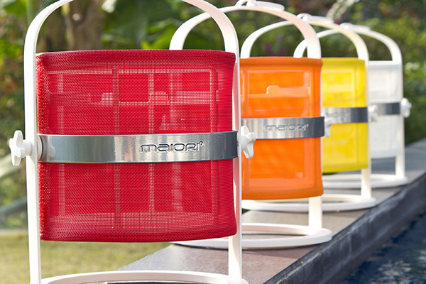 """La <em>Lampe Petite</em> di <a href=""""http://maiori.com"""">Maiori</a> si alimenta a energia solare. Il sistema di illuminazione a Led offre, dopo un'intera giornata di ricarica al sole, fino a 9 ore di illuminazione. È dotata di un anello che permette di agganciarla ovunque (269 euro, in vendita su <a href=""""http://www.madeindesign.it"""">www.madeindesign.it</a>)"""