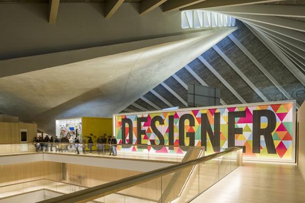 """LONDRA, <em>Design Museum</em>- Con 10mila metri quadrati è il più grande museo al mondo dedicato alla creatività. La nuova sede, inaugurata a fine novembre 2016, mette in mostra glioggetti raccontandone processi, storia e significati con lo scopo di avvicinare il pubblico al design scatenando emozioni. Oltre a una collezione permanente di mille pezzi(ingresso gratuito), sono previste seiesposizioni temporanee all'anno. Fino al 4 settembre è in programma<em>Breathing colour</em> di Hella Jongerius che racconta il suo lavoro di ricerca sul colore <a href=""""http://www.designmuseum.org""""><em>www.designmuseum.org</em></a>"""
