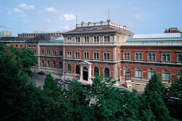 "VIENNA, <em>Mak</em> - In questo museo è possibile vedere i preziosi manufatti della Wiener Werkstätte, i mobili di legno curvato di Thonet e i pezzi più rappresentativi dello stile Liberty<em><a href=""http://www.mak.at/"">www.mak.at</a></em>"