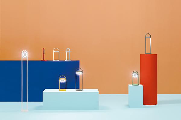 """<em>Giravolta</em> è una ricca famiglia di lampade wireless ricaricabili di <a href=""""http://www.pedrali.it"""">Pedrali</a> disegnata da Basaglia Rota Nodari. Comoda da trasportare, come suggerisce il nome si caratterizza per il diffusore girevole che permette di orientare liberamente la luce (a partire da 222 euro)"""