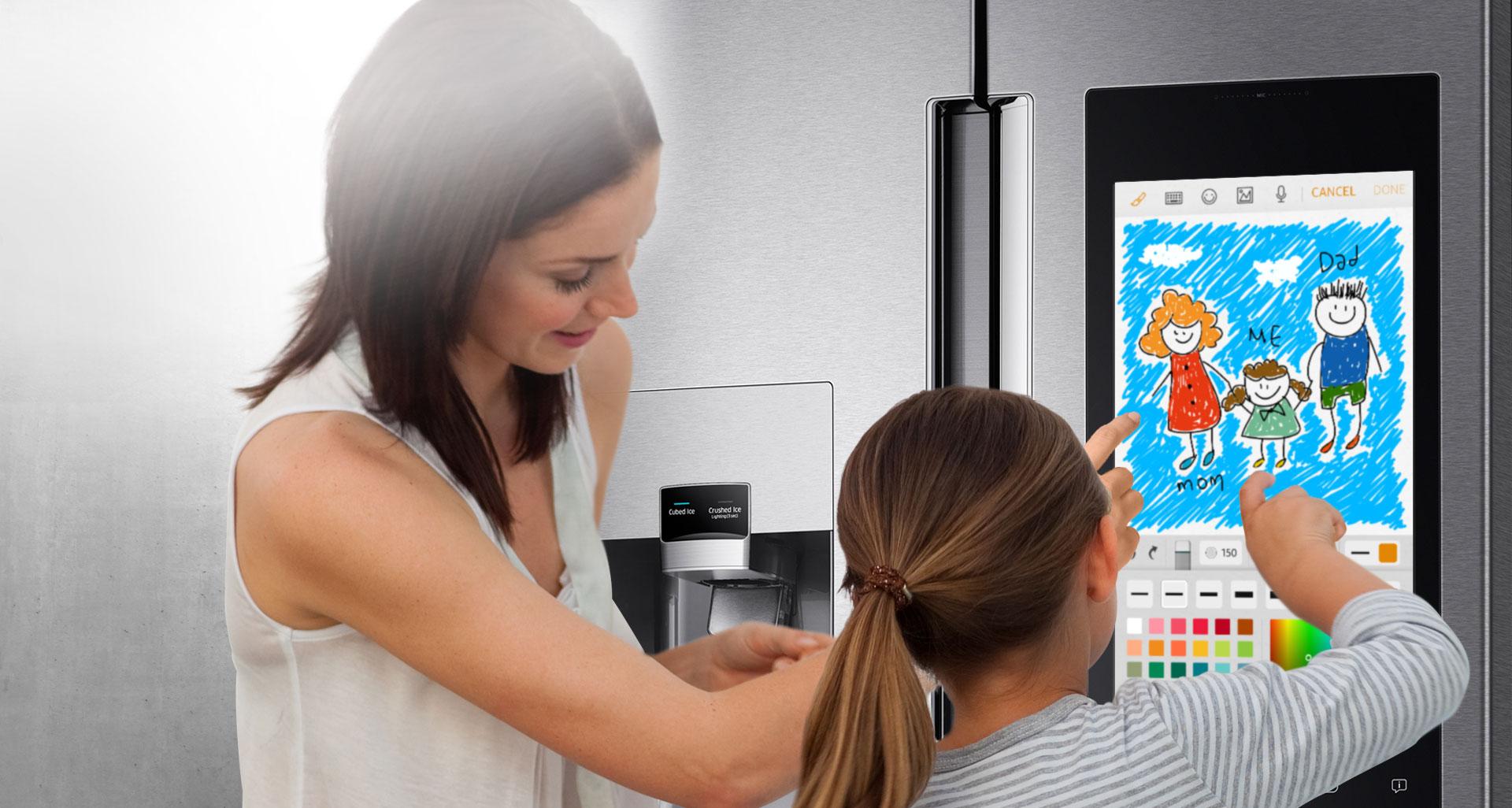 Il protagonista del frigorifero FamilyHub è il display touch Full HD da 21,5 pollici che permette ad esempio di ascoltare playlist musicali, programmi radio e guardare la TV. Lo schermo si può usare anche come lavagna digitale sulla quale scrivere, disegnare, postare foto o condividere i propri impegni con il resto della famiglia