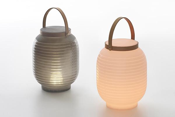Honey di Serralunga è una lanterna portatile che, grazie al sistema di illuminazione esterna con LED a ricarica, può essere portata anche in luoghi dove non si dispone di prese di corrente. È pratica poiché dotata di un'utile maniglia in cuoio