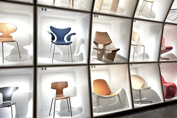 """COPENAGHEN,<em>Designmuseum Danmark</em><em>-</em>Dalle sedie in legno alle poltrone, dalle pieghevoli alle sdraio, da quelle a dondolo ai modelli da pranzo. Il museo del design danese ha inaugurato di recente la mostra permanente <em>The Danish Chair. An International Affair</em>. Si possono ammirare oltre 100 pezzi esposti in contenitori bianchi illuminati, quasi fossero opere d'arte: fra un box e l'altro sono inserite schede estraibili con disegni e dati tecnici relativi ad ogni modello<a href=""""http://designmuseum.dk""""><em>www.designmuseum.dk</em></a>"""