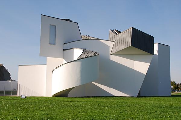 """WEIL AM RHEIN (Basilea), <em>Vitra Design Museum</em>- Fondato nel 1989, il museo analizza in modo particolare i temi contemporanei, come le tecnologie del futuro e la sostenibilità. Fino 10 settembre è aperta <em>Together! The New Architecture of the Collective</em>, la mostra che racconta le forme di costruzione e di abitazione condivise. Ventuno gli esempi internazionali di co-housing: dagli alloggi sociali degli anni Venti e Trenta, all'attuale esigenza di soluzioniin favore di quelle fasce in crescita come i single, le coppie non convenzionali e gli anziani <a href=""""http://www.design-museum.de""""><em>www.design-museum.de</em></a>"""