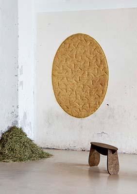 """Gli aghi di pino, generalmente trattati come rifiuti, hanno nuova vita nella collezione <em>Forest Wool</em> di <a href=""""http://tamaraorjola.com/"""">Tamara Orjola</a>. Dopo essere stati sminuzzati, messi in ammollo e pressati, diventano un tessuto con cui sono realizzati i due sgabelli e il tappeto della linea"""