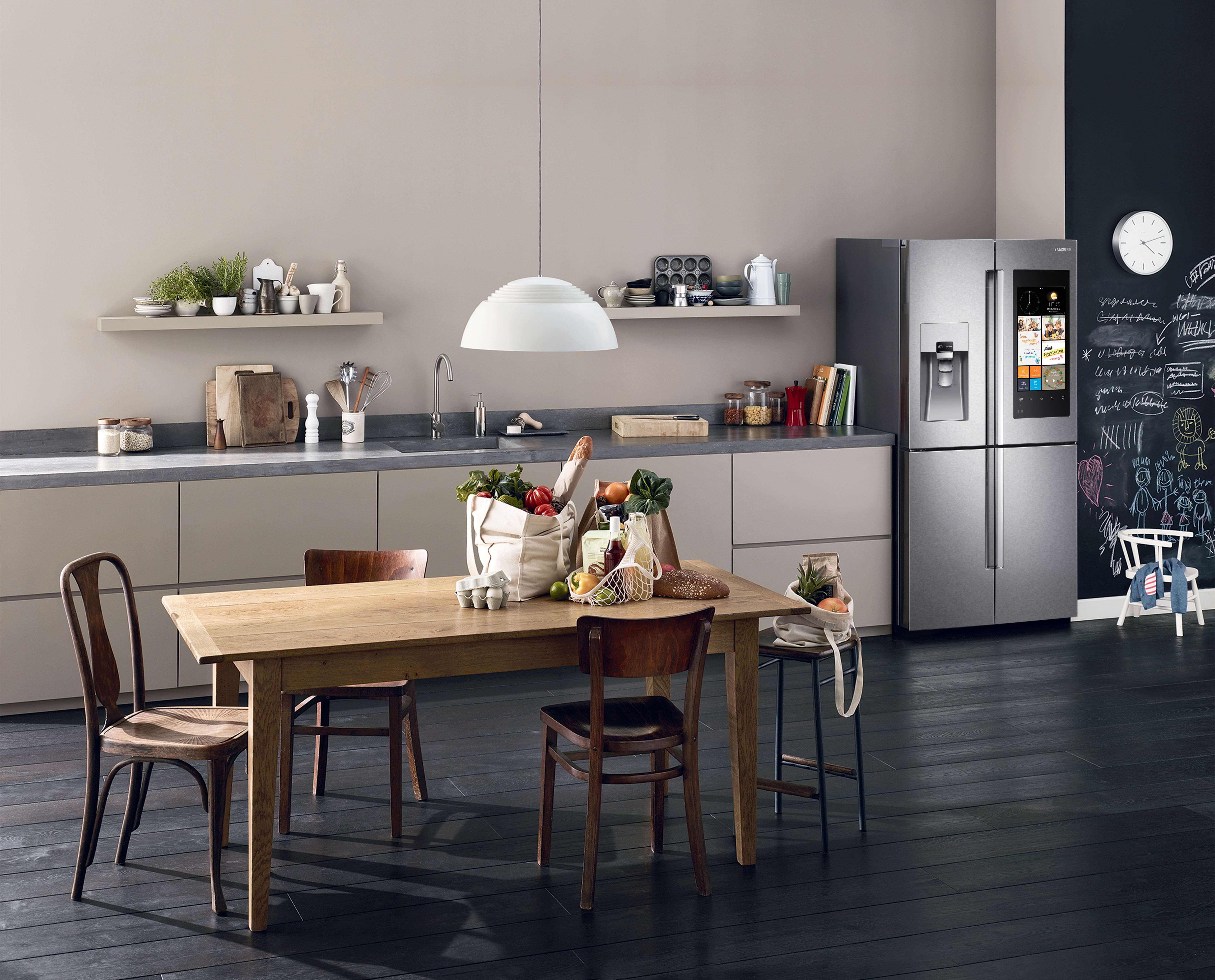 Dotato di tecnologia IoT (Internet of Things) il frigorifero offre nuove modalità per organizzare la spesa, fare shopping online, cucinare e connettersi in qualunque momento