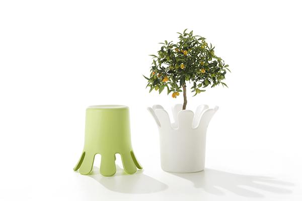 Si chiama Splash e si ispira alla forma della goccia: è lo sgabello multiuso progettato da Kristian Aus per B-Line. In polietilene, capovolto diventa un vaso o un contenitore