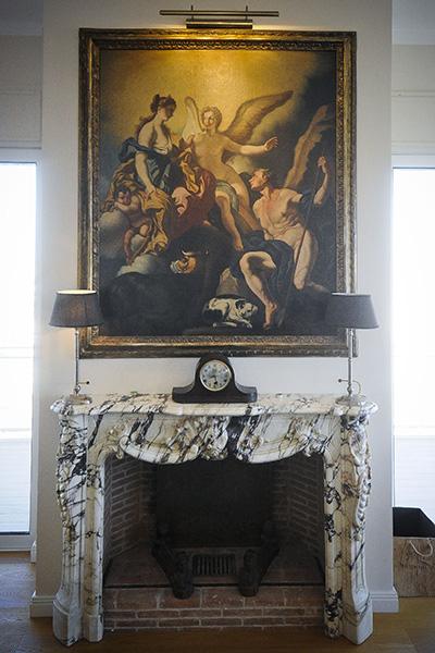 Il camino d'epoca in marmo sulla mensola un orologio degli anni Quaranta