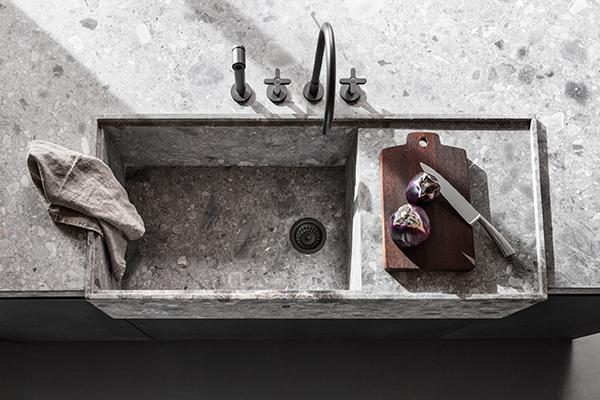 """Il lavello e i piani di appoggio di <em>VVD</em> di <a href=""""http://www.dada-kitchens.com/it/"""">Dada</a> sono in pietra"""