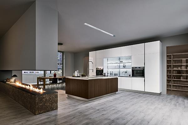 """Il marmo del camino e del top della cucina, il legno dell'isola e del tavolo, il vetro degli schienali: è <em>Extra Go</em> di <a href=""""http://www.venetacucine.com/ita/"""">Veneta Cucine</a>"""