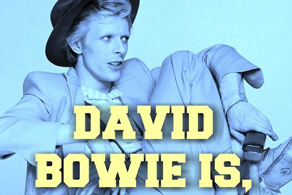 """BARCELLONA, <em>Museu de Disseny</em>- Un museo ma anche unlaboratorio per promuovere una miglior comprensione del mondo del design. Possiede una collezione di 70mila oggetti di arti decorative, ceramica, design industriale, tessile e arti grafiche di diverse epoche. Fino al 25 agosto accoglie<em>David Bowie Is</em>, la grande mostra organizzata dal Victoria &amp; Albert Museum di Londra, che descrive come il lavoro dell'artista abbia canalizzato i più ampi movimenti nell'ambito dell'arte, del design, del teatro e della cultura contemporanea<a href=""""http://www.museudeldisseny.cat""""><em>www.museudeldisseny.cat</em></a>"""