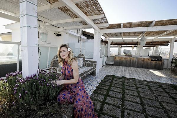Sul terrazzo è allestita una cucina per esterni:  «È un privilegio preparare un buon piatto di pasta mentre la vista si perde tra cielo e mare», racconta Serena Autieri