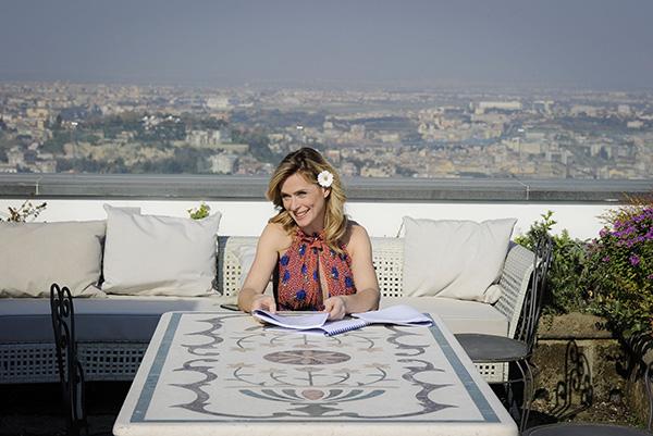 L'attrice sul terrazzo panoramico che, da un lato, guarda la Fortezza di Castel Sant'Elmo