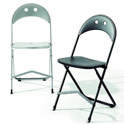 """Le sedie impilabili e le <a href=""""http://design.repubblica.it/2017/05/29/arredi-nomadi-10-sedie-apri-e-chiudi-per-lestate/#1"""">apri e chiudi</a> sono le soluzioni salvaspazio ideali per fare posto a tanti amici. Ad esempio, <em>Birba</em> di <a href=""""http://www.bonaldo.it"""">Bonaldo</a> da chiusa occupa appena 3 centimetri (a partire da 174 euro)"""
