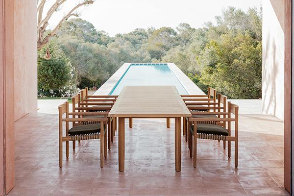 """Un mix riuscito di teak, tessuti e fibre: è la nuova collezione <em>Tibbo</em> di Edward Barber & Jay Osgerby per <a href=""""http://www.dedon.de"""">Dedon</a>. La famiglia di arredi si compone di una sedia, una poltrona, quattro tavoli da pranzo di dimensioni diverse, due panche e un tavolino"""