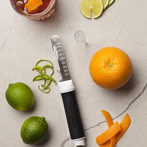 """L'accessorio da cocktail 7 in 1 di <a href=""""http://www.microplane.com"""">Microplane</a> permette di dosare, miscelare, tagliare, pestare, spremere, filtrare e creare con le scorze degli agrumi le guarnizioni per le proprie creazioni (14,95 euro)"""