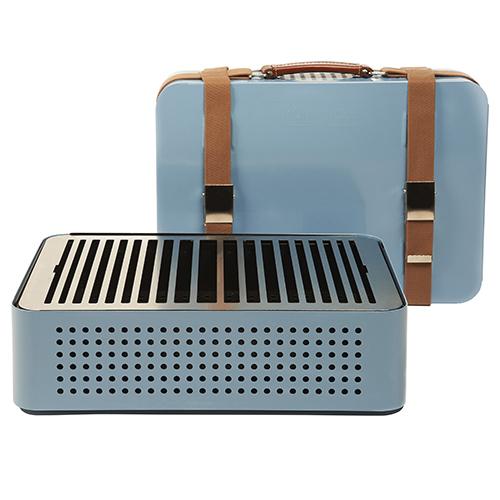 """Sembra una valigia dal gusto vintage, in realtà è un barbecue. <em>Mon Oncle</em> di <a href=""""http://rs-barcelona.com"""">Rs-barcelona.com </a> si trasporta facilmente grazie all'impugnatura realizzata insolide cinte di cuoio. È disponibile in un'ampia gamma di colori pastello anni Cinquanta (in vendita su <a href=""""http://www.madeindesign.it"""">Made in design</a>, 300 euro)"""