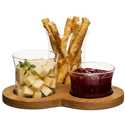 """Da <a href=""""http://www.sagaform.com"""">Sagaform</a> <em>Oak</em> un elegante set per aperitivi realizzato in vetro e quercia (distribuito da <a href=""""http://www.schoenhuber.com"""">Schoenhuber</a>, circa 42 euro)"""