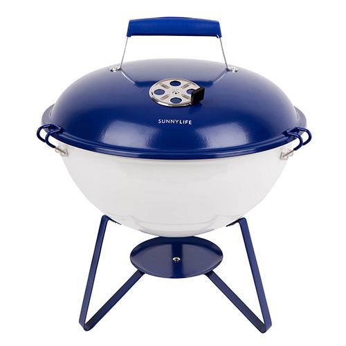 """Il barbecue portatile a carbone <em>Navy & White</em> di <a href=""""https://www.sunnylife.com.au"""">Sunnylife</a>permette di stufare i cibi grazie alcoperchio dotato di fori d'aerazione regolabili. Èrealizzato in acciaio laccato epoxy, il che lo rende particolarmente resistente agli agentiesternie all'umidità(in vendita su <a href=""""http://www.madeindesign.it"""">Made in design</a>, 59 euro) <p class=""""p1""""></p>"""