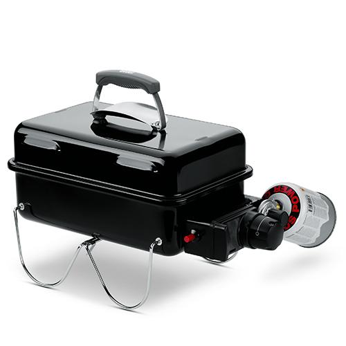 """Leggero e facile da trasportare grazie all'impugnatura in nylon rinforzato con fibre di vetro: è il barbecue <em>Go-anywhere</em> a gas di <a href=""""http://www.weber.com"""">Weber</a>. La griglia di cottura permette di cucinare fino a 4 persone contemporaneamente. È disponibile anche la versione a carbone (169,99 euro)"""