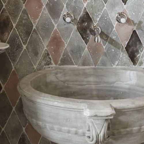 Settore ceramica - Terre ossidate di Cotto Etrusco: da argille e ossidi naturali, calcate a mano secondo un metodo di lavorazione antico ma rivisitato, nascono sistemi decorativi dove il colore è applicato alla terracotta