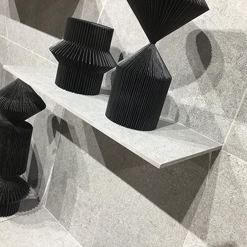 Settore ceramica - Progetto Shelf di Coem: una innovazione di processo che trasforma il rivestimento ceramico in scaffalatura, dotata di grande prestazionalità e adattabilità ai vari prodotti dell'azienda