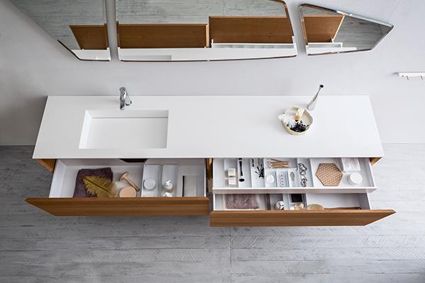 Di seguito altre interessanti novità per la stanza da bagno. In foto Lineò di Arblu si caratterizza per ampi cassetti con divisori che si prestano bene all'ordinato posizionamento di pennelli, trucchi, spazzole