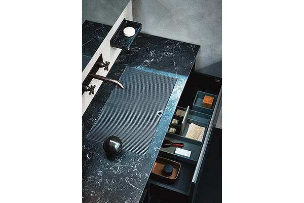 Ell di Agape è un piano lavabo che si distingue per  leggerezza e configurabilità: è realizzato in Corian bianco o in marmo di vario tipo