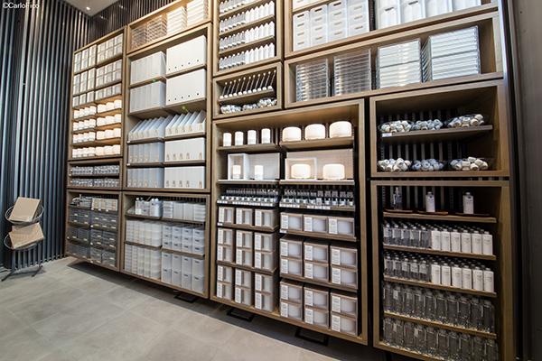 Il negozio si presenta su tre piani e si sviluppa su più di 526 metri quadrati