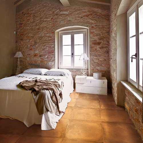 La collezione  Cotto Toscana di Marazzi presenta il gres porcellanato nei colori classici ocra, rosso e rosa e nelle varianti in grigio e bianco. I toni caldi sono ideali per i rustici e i freddi per gli ambienti urbani