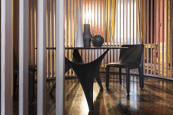 Il tavolo da pranzo è collocato nella proposta dell'architetto macedone al centro della sala, fulcro delle attività della casa