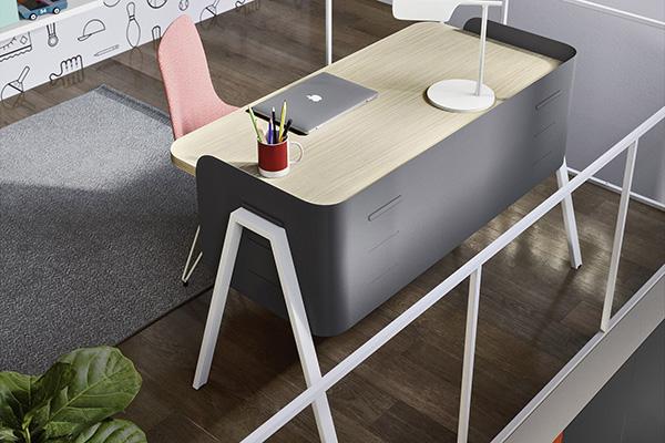 È preferibile scegliere una tonalità neutra per il piano della scrivania perché colori troppo accesi e vivaci potrebbero a lungo infastidire (in foto un'ambientazione Nidi)